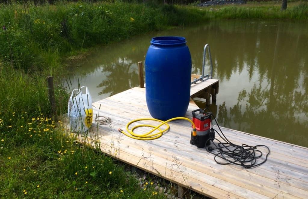 För att komma tillrätta med svävande lerpartiklar som gör vattnet grumligt använder jag mig av en pump, en tunna och vanligt gips.