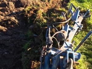 Emellanåt fylldes plogen med en blandning av rötter, gräs och jord. Då blev det plötsligt väldigt tungt, och inte blev det något plöjt heller.