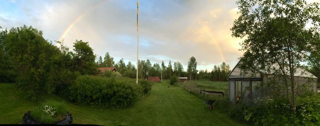 Ikväll kom Lena, min senaste WWOOF:are insprängande och sa att jag måste se den här regnbågen. Och de måste jag förstås. Nu får du se den också.