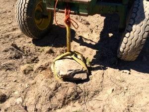 Lyckas man bara få fast gamen kan man släpa ut ganska stora stenar med traktorn.