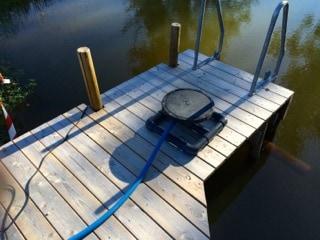 Bottenluftaren var inte helt enkel att få på plats i dammens djuphåla. Efter att ha stått med fötterna i vattnet en stund beslöt jag mig för att dra den ut med ett rep.