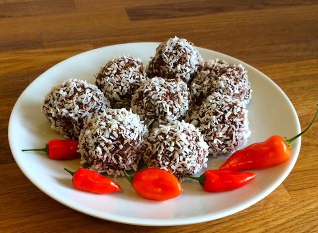 Chokladbollar med chili och honung ger denna klassiska godsak nya dimensioner.