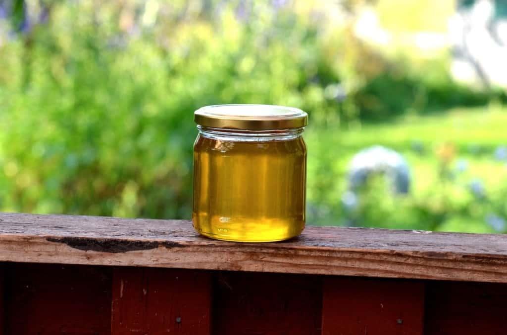 Blir honung giftig av uppvärmning? Det här är nyslungad honung direkt från kupan.