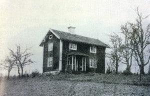 Här är bilden från boken Gods och gårdar, men är det samma hus? Mycket stämmer, men jag saknar framförallt det stora päronträdet som står vid knuten. Bilden lär vara tagen runt 1940, men trädets ålder har bedömts till mellan 150 och 200 år.