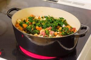 Saag Ghost är lättlagad – lägg bara alla ingredienserna utom olja och garam masala i en gryta och låt den koka tills köttet är mört.