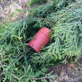 Min första vase är tillverkad av grantoppar och grenar från höstens gallringar. För att tynga ner vasen använder jag nockpannor som jag hade liggande i ett uthus,