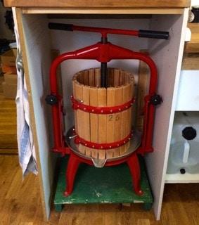 Den största vinsten är att jag nu kan förvara fruktpressen där den används. 35 otympliga kilon har varit ett elände att frakta fram och tillbaka till ladugården.