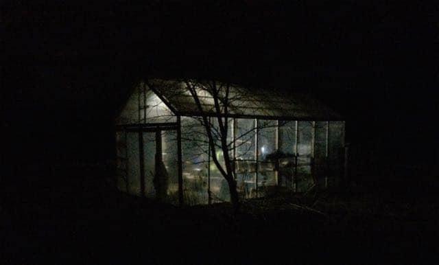 En enkel led-lampa med timer har förvandlat växthuset till en lykta. Jag gillar trädgårdsbelysning som betonar byggnaderna och deras funktion.