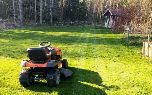 Första vändan med klipparen väcker känslan av att nu drar säsongen igång på allvar. Gräsklippning kan vara ett rent nöje.