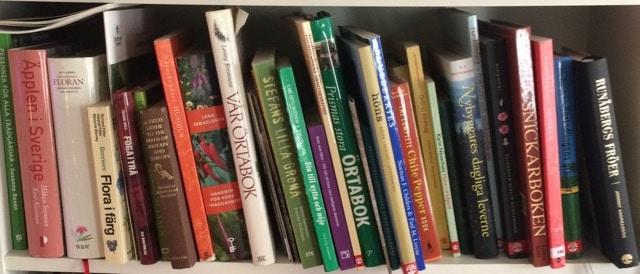 Det finns mängder av böcker som relaterar till livet på landet. Här är några som hittat till min bokhylla.