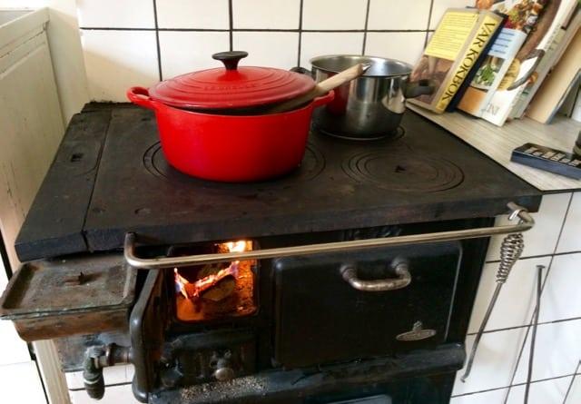 Har man vedspis är matlagning inget problem om strömmen skulle gå.