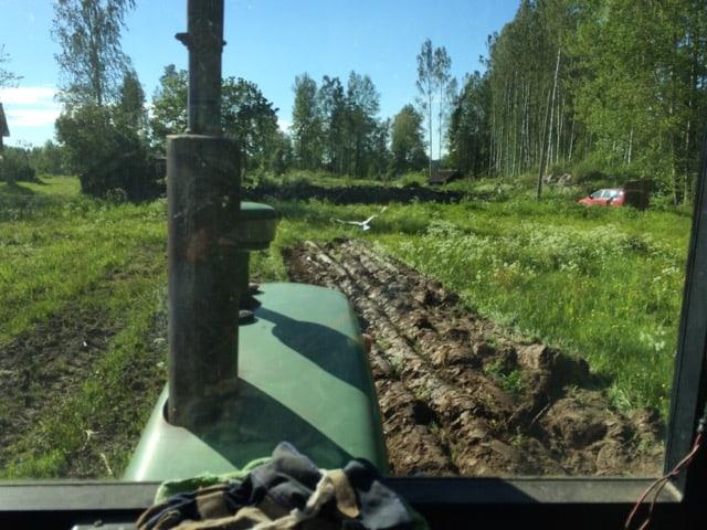 Att gräva ett större odlingsland däremot är förspilld möda. En granne med traktor och plog ger ett både snabbare och bättre resultat.