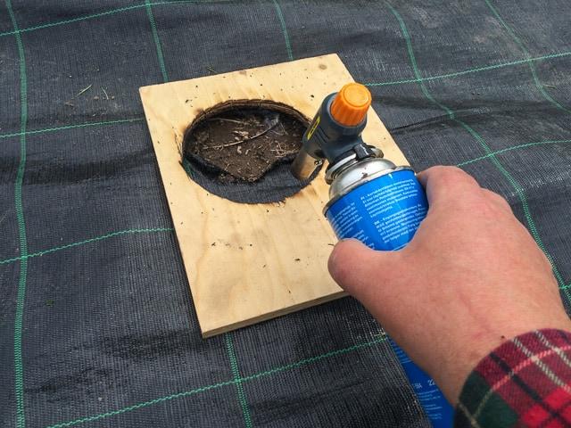 När väven är lagd bränner jag hål efter en mall på jämna avstånd. De brända hålen har inga fransiga kanter – och det går snabbt.