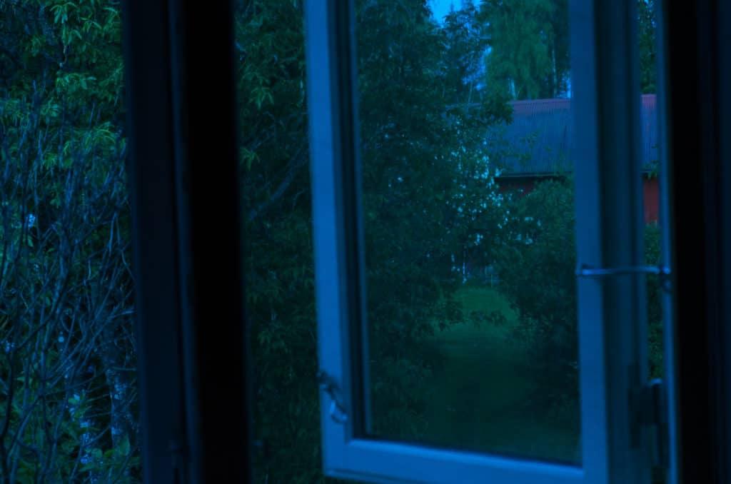 Så här års är det bara riktigt mörkt ett par timmar på mina breddgrader. Jag har rullgardin – men träden skuggar rätt bra för morgonsolen så jag brukar hoppa över den. Den förtar känslan av att sova med öppet fönster.