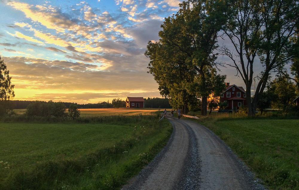 Drömmen om det fantastiska livet på landet speglar bara en liten del av verkligheten. De ljusa sommarkvällarna som dominerar bilden av landsbygden har en mörk baksida.