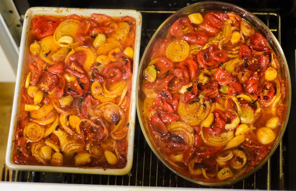 Kör ingredienserna tre timmar i 160 grader. Titta till den då och då så du kan peta ner grönsaker som sticker upp. Om något blir bränt så gör det inget. Det plockar du bort sen.