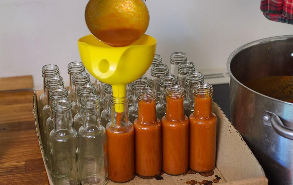 Tappa såsen på varma flaskor eller burkar och glöm inte att lägga dem ner så att locket blir steriliserat av den varma såsen.