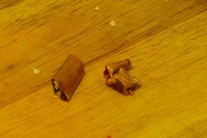 Död chili – när man torkar chili brukar alltid några bitar förlora färgen och få en unken smak. Dessa bitar plockar jag bort.