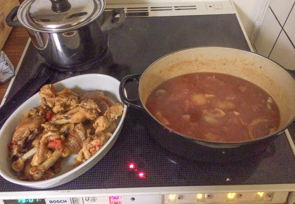 Efter att chaminjorna tillsatts får grytan koka i ytterligare tio minuter eller till kycklingen är helt klar. Därefter plockas kycklingbitarna ur och man gör klar såsen.
