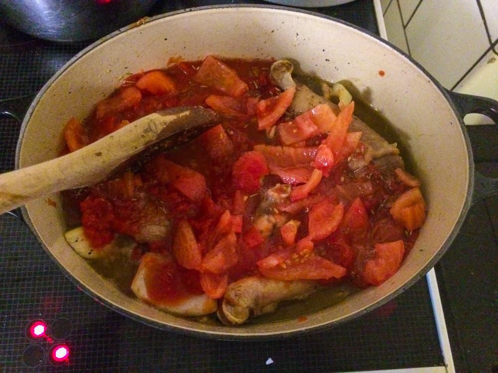 När vinet reducerats till hälften tillsätts tomater, vitlök och kryddor. Sen får det puttra under lock i en kvart.