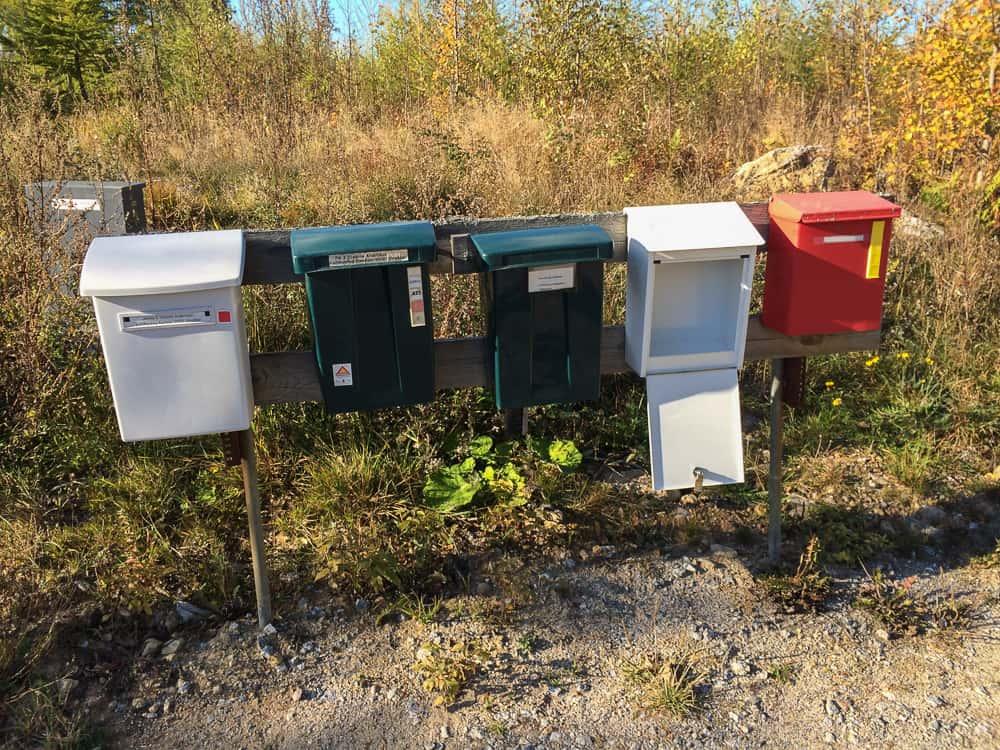 Hade det varit lätt att komma i kontakt med brevbärarna hed jag bett dem stänga min brevlåda när de lassat in posten. Särskilt regniga och blåsiga dagar,
