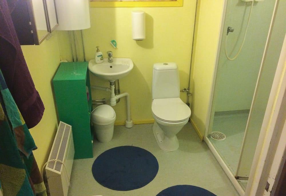 Nu kunde projektet ha varit klart. Om inte toalettstolen från ByggMax varit defekt. Bara att montera loss och köra tillbaka. Ni som varit här kanske lägger märke till att finishen på badrummet är högre än den brukade vara – det kan jag tacka min faster för.