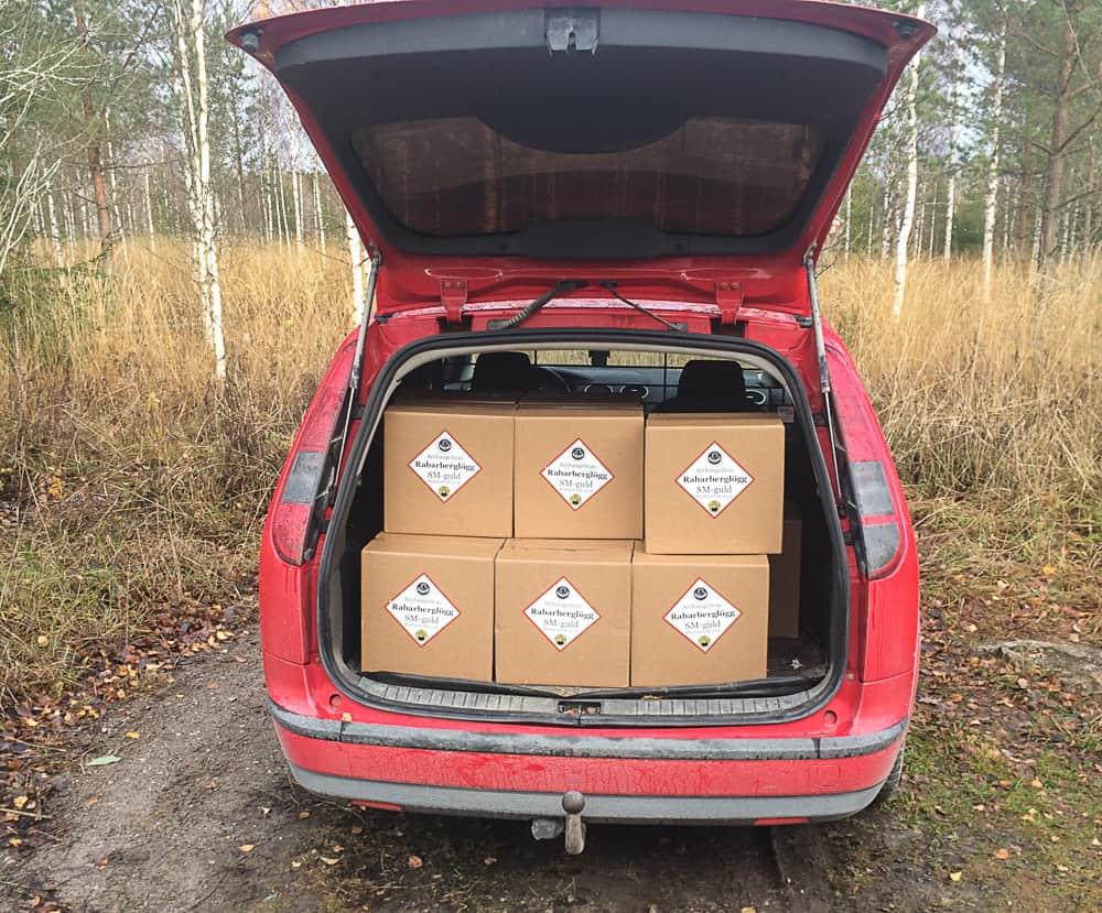 Det är bra med en kombi när man ska leverera några hundra flaskor glögg till butiker runt om i Sörmland.