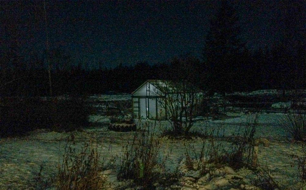 Även ett lätt snötäcke i kombination med månljus får vintern att verka mindre tryckande.