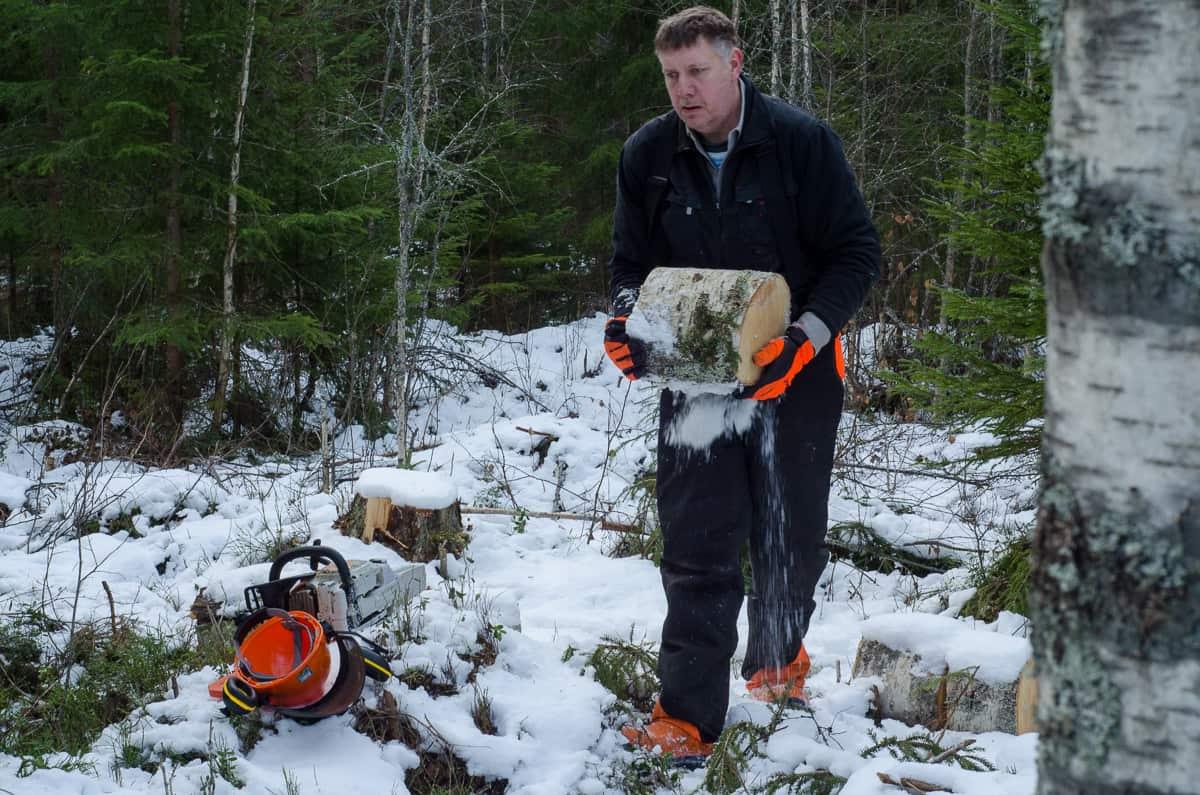De som jobbar i skogen i större skala använder kran och vagn för att skota – köra ut – timret. Jag kapar upp det i bärbara bitar och kör ut det med skottkärra.