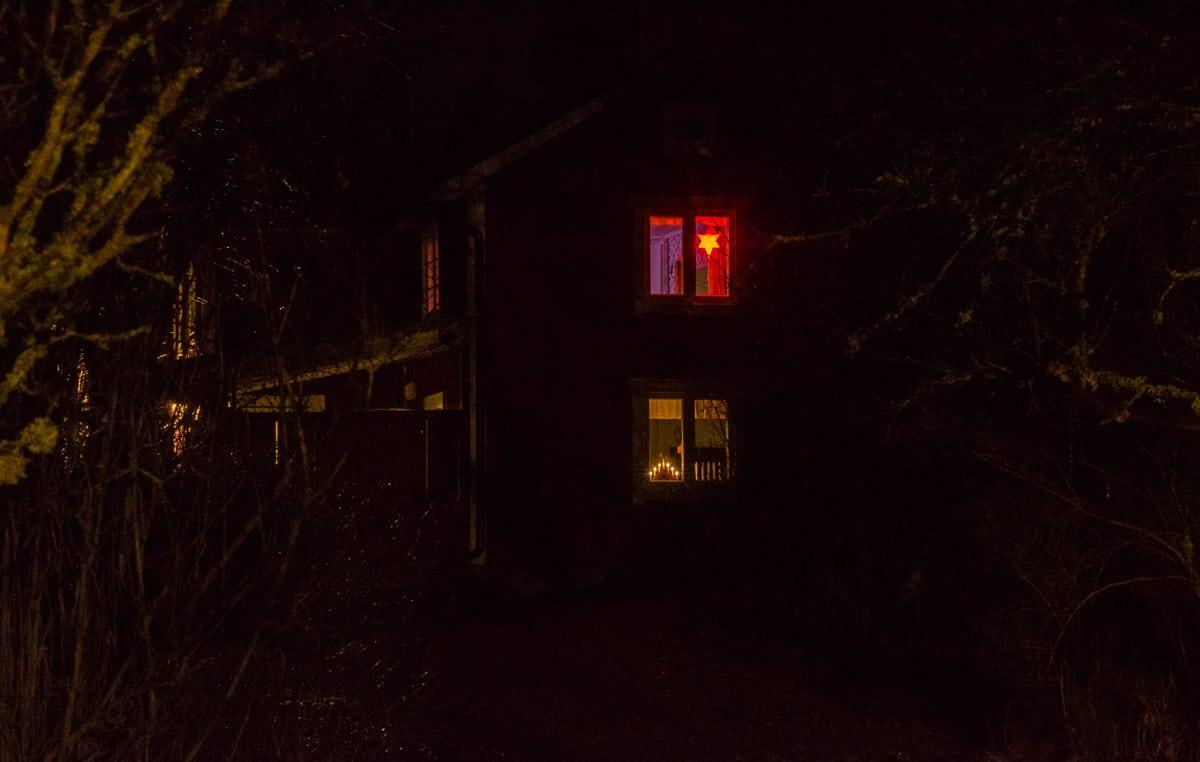Det har blivit mars månad – men ännu lyser adventsstjärnan i mitt sovrumsfönster. På landsbygdenfår man ofta lösa problemen på egen hand, och julljusen är mitt sätt att bekämpa mörkret.