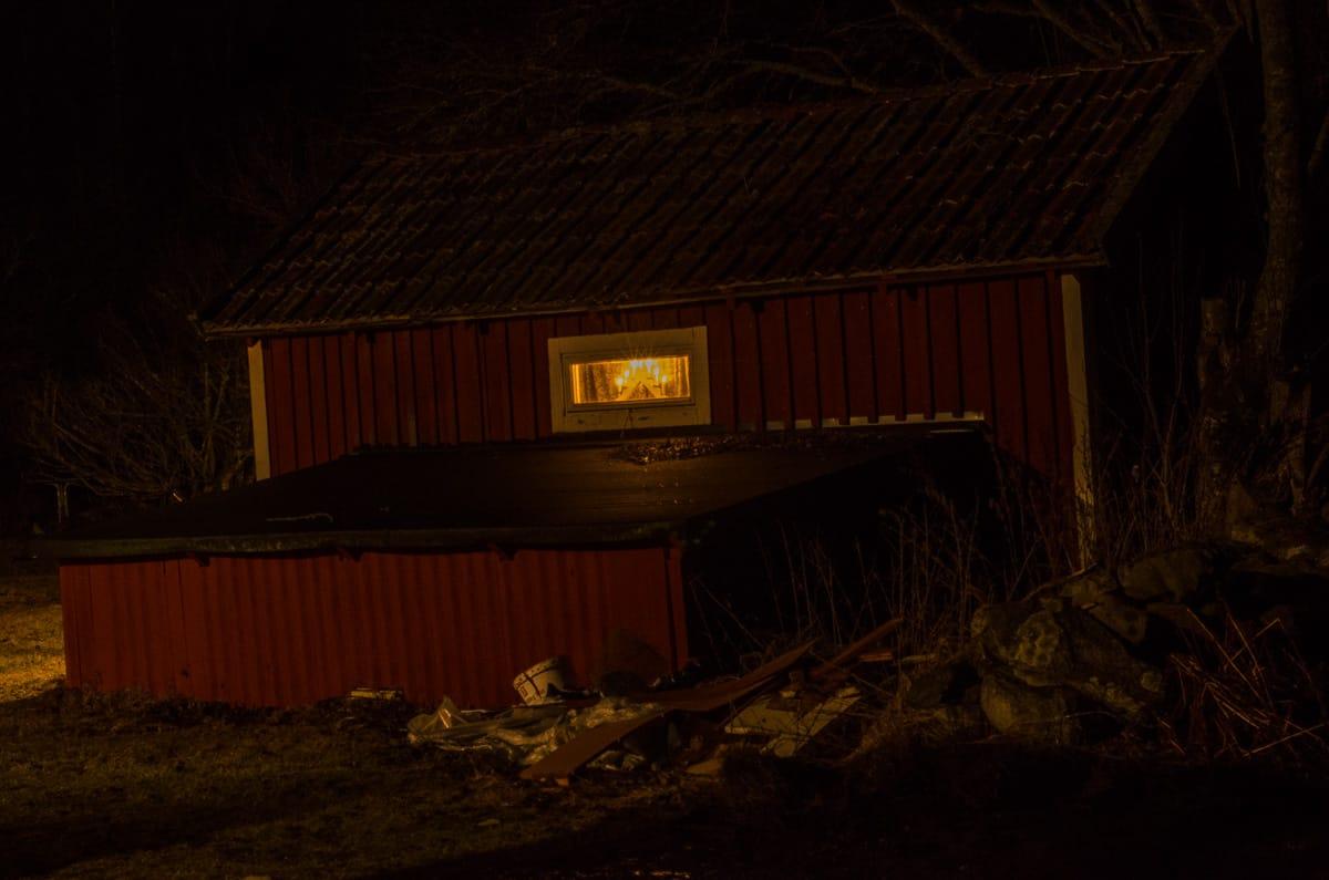 Även i lilla gäststugan sitter adventsljusstaken kvar och lyser välkomnande om någon skulle komma vandrande genom skogen.