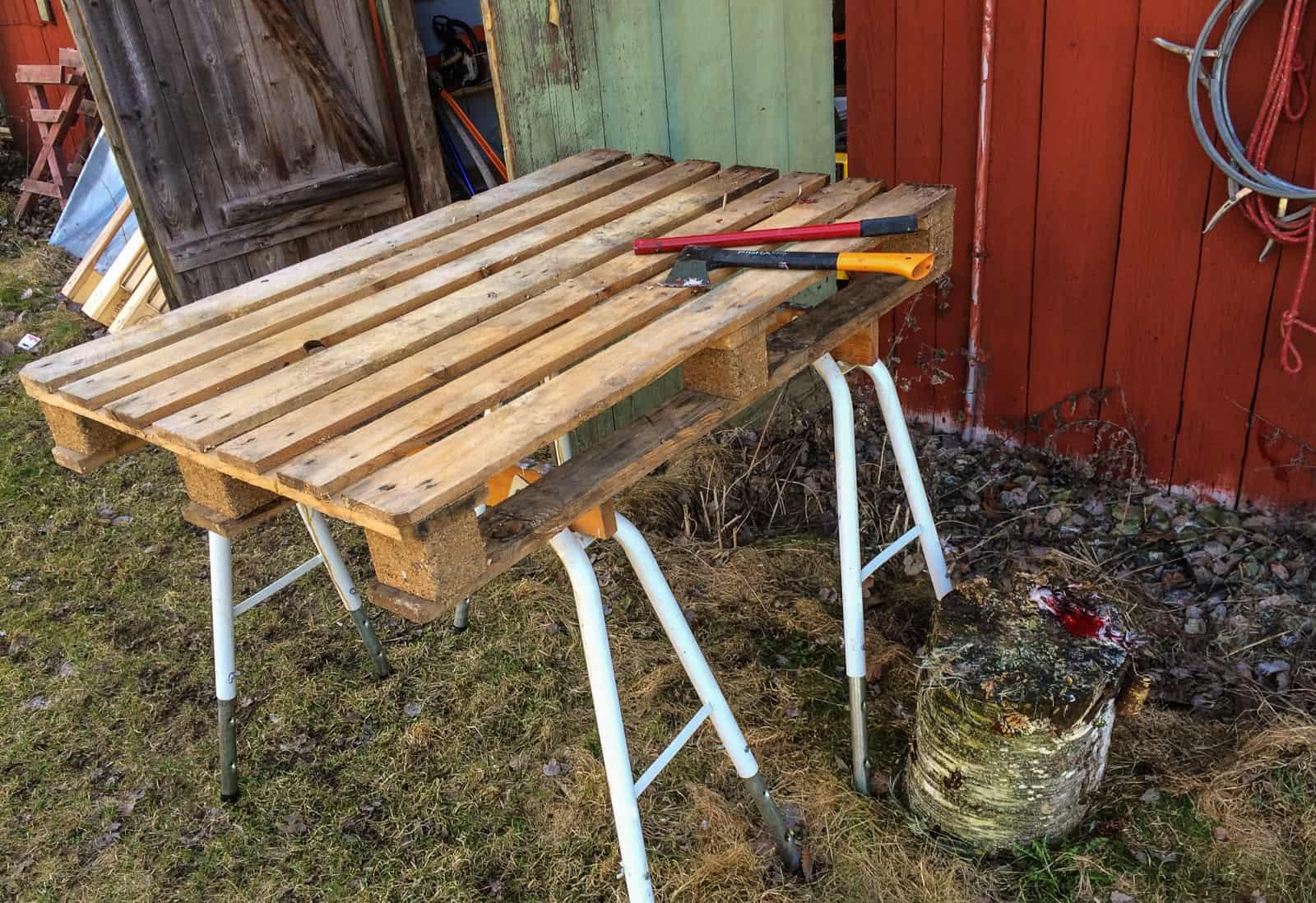 Redskapen jag använder vid slakten: Ett bord, en huggkubb, ett järnrör och en yxa. Sen är det bra med en hink att lägga kropparna i.