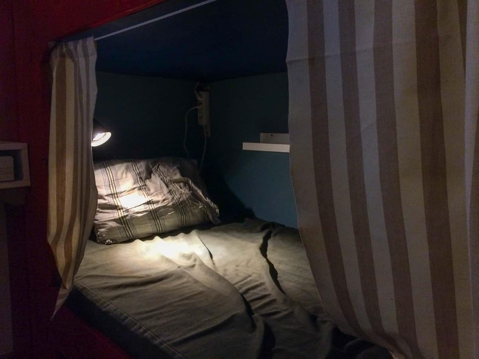 Underslafen är lite bekvämare att ta sig i och ur. Men jag tycker det känns lite mer privat på andra våningen. Hur som helst är det skönt med en egen kupé.
