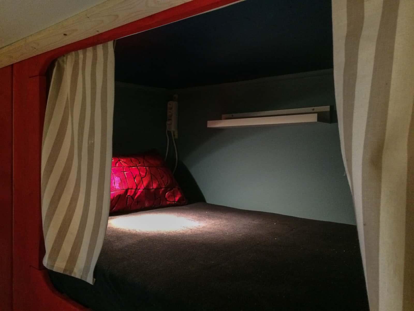 Överslafen – kudden årets julklapp – designad och tillverkad av Anna. Sängförhängena sydda av mina mamma och madrassöverdraget från Kamprad.