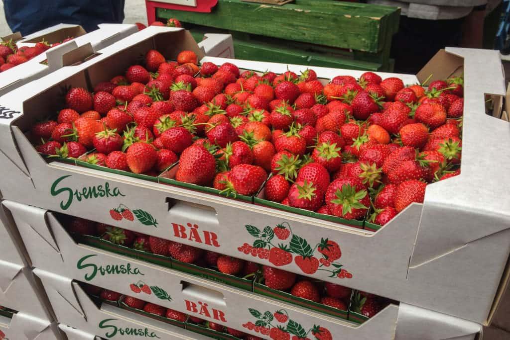 Svenska jordgubbar är ofta mindre än de importerade. Det beror på att de växer långsammare. Men smaken är oftast mycket bättre.
