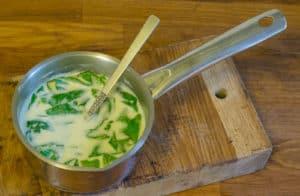 Kirskålen behåller sin friska gröna färg om du inte kokar den för länge.