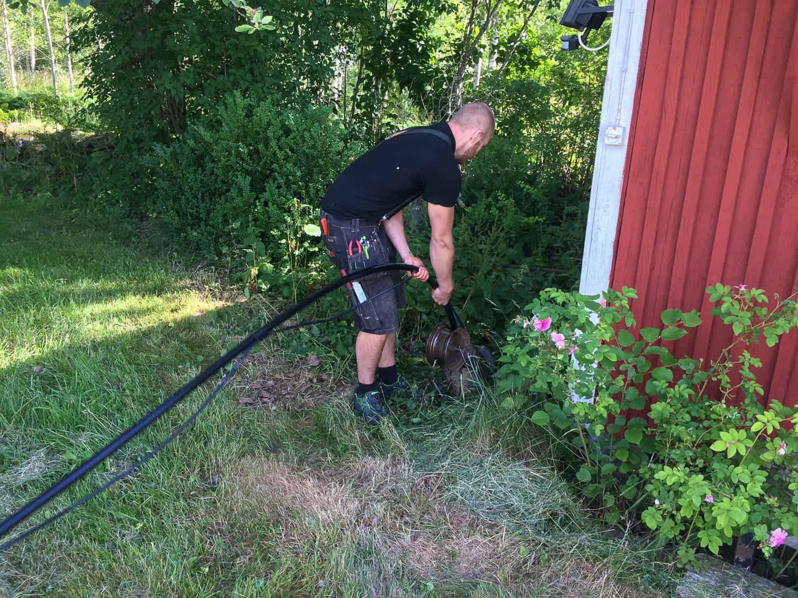Det är vanligtvis inga större problem med att dra upp pumpen med handkraft ur en djupborrad brunn. Och elkabeln är tejpad med eltejp längs med slangen.