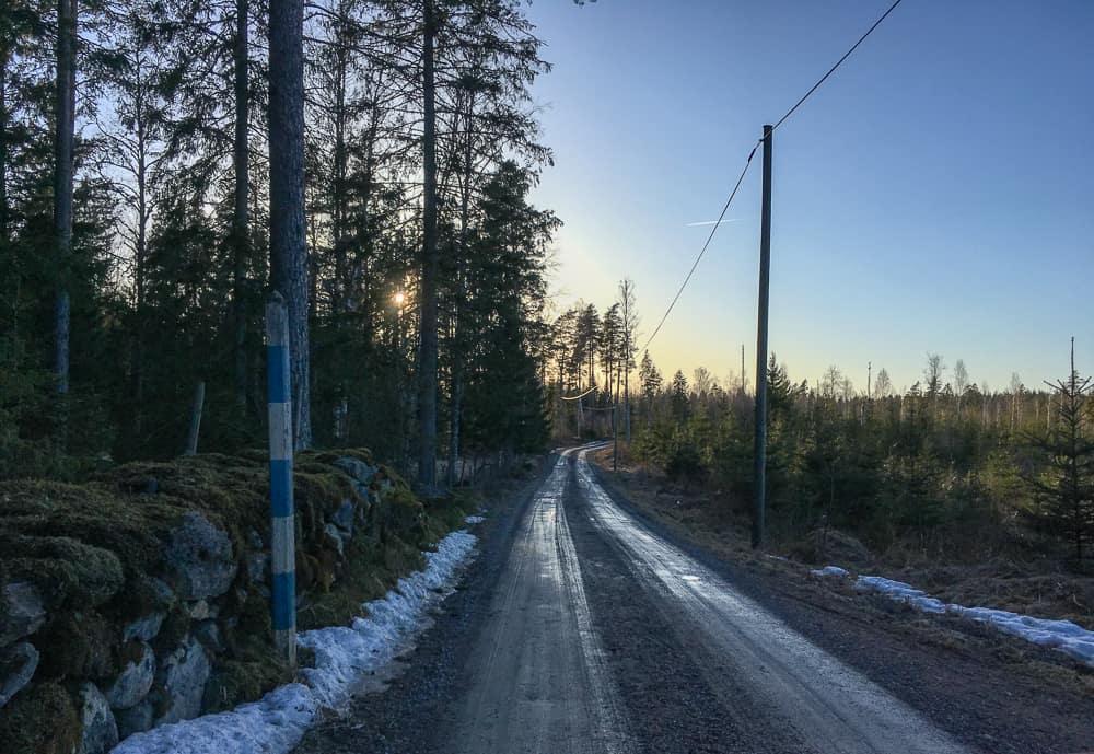 Även om det varit vårväder någon vecka så ligger snödrivorna fortfarande kvar i skuggiga skogspartier. Och en grusväg måste torka upp innan man kan sladda, annars blir det bara lervälling av den.