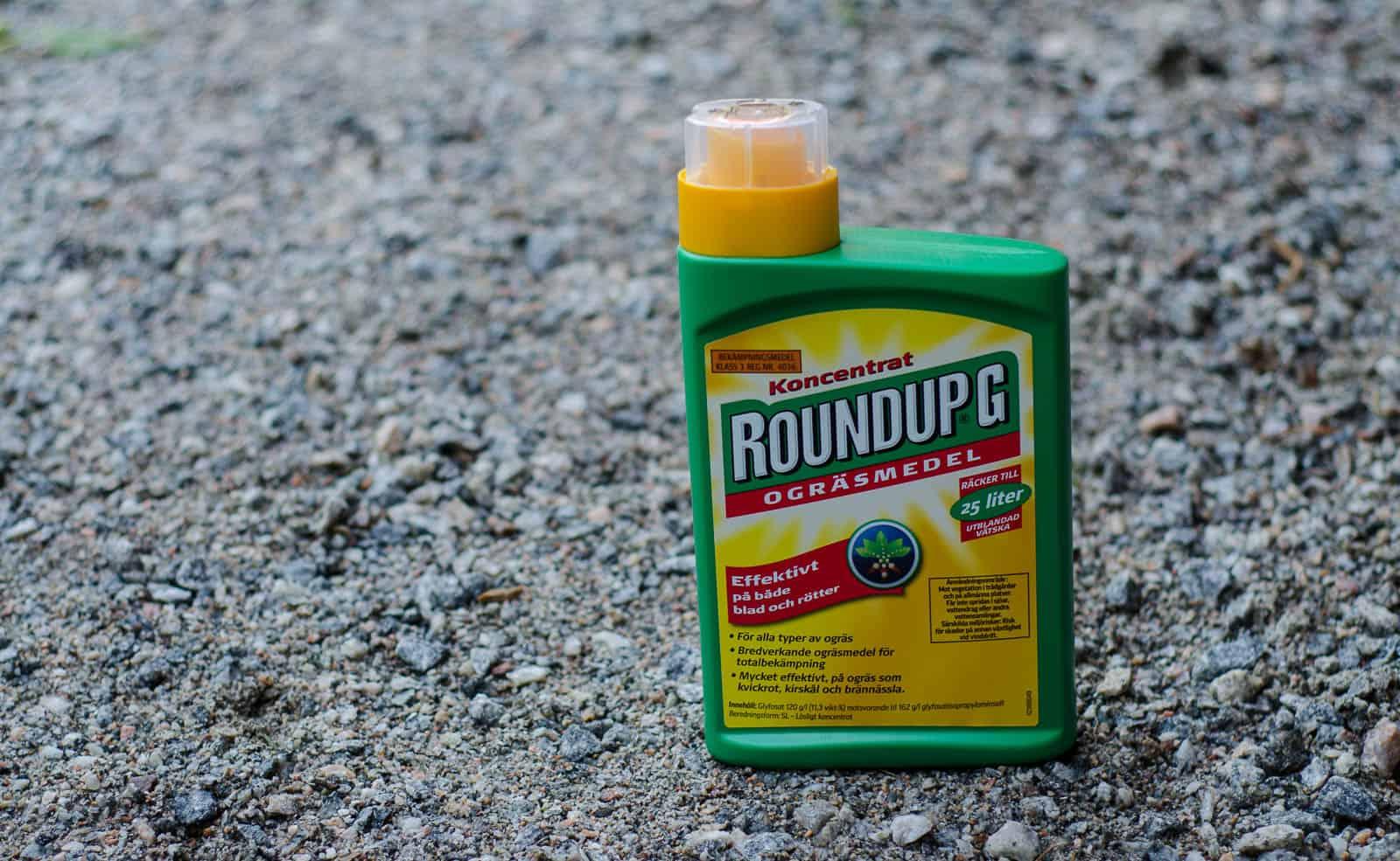 Roundup är inte tillåten i ekologisk odling. Men att säga att miljön mår bättre utan den här produkten kan kosta Coop en miljon.