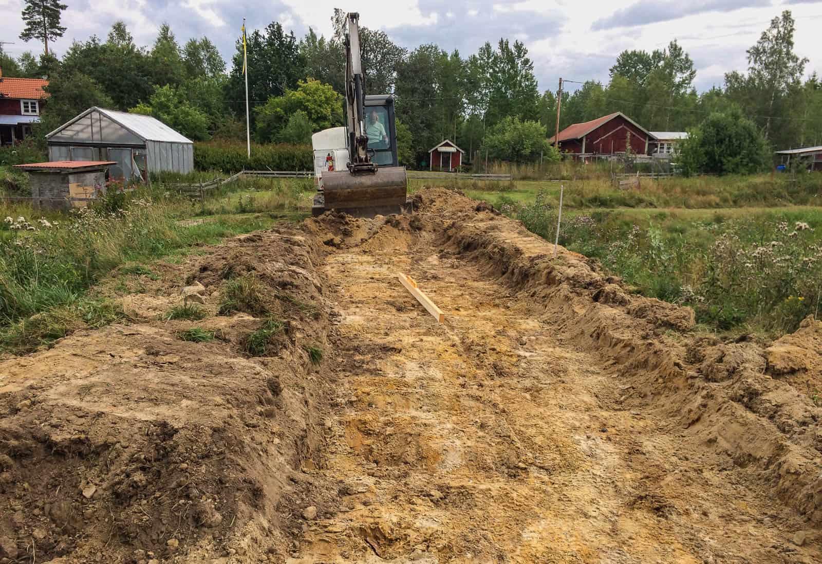 En god granne med egen grävmaskin är guld värd. Då blir även stora jobb snabbt avklarade. På knappt två timmar var mitt våtmarksfilter färdiggrävt.