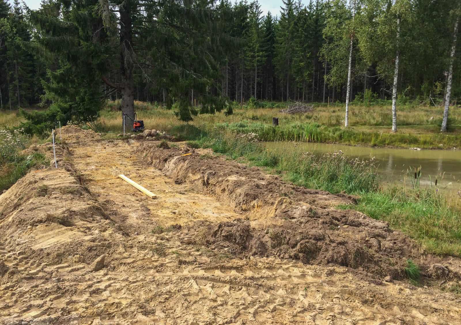 Vattnet kommer att ledas ut i grusbädden för att sedan återbördas till dammen via ett vattenfall.