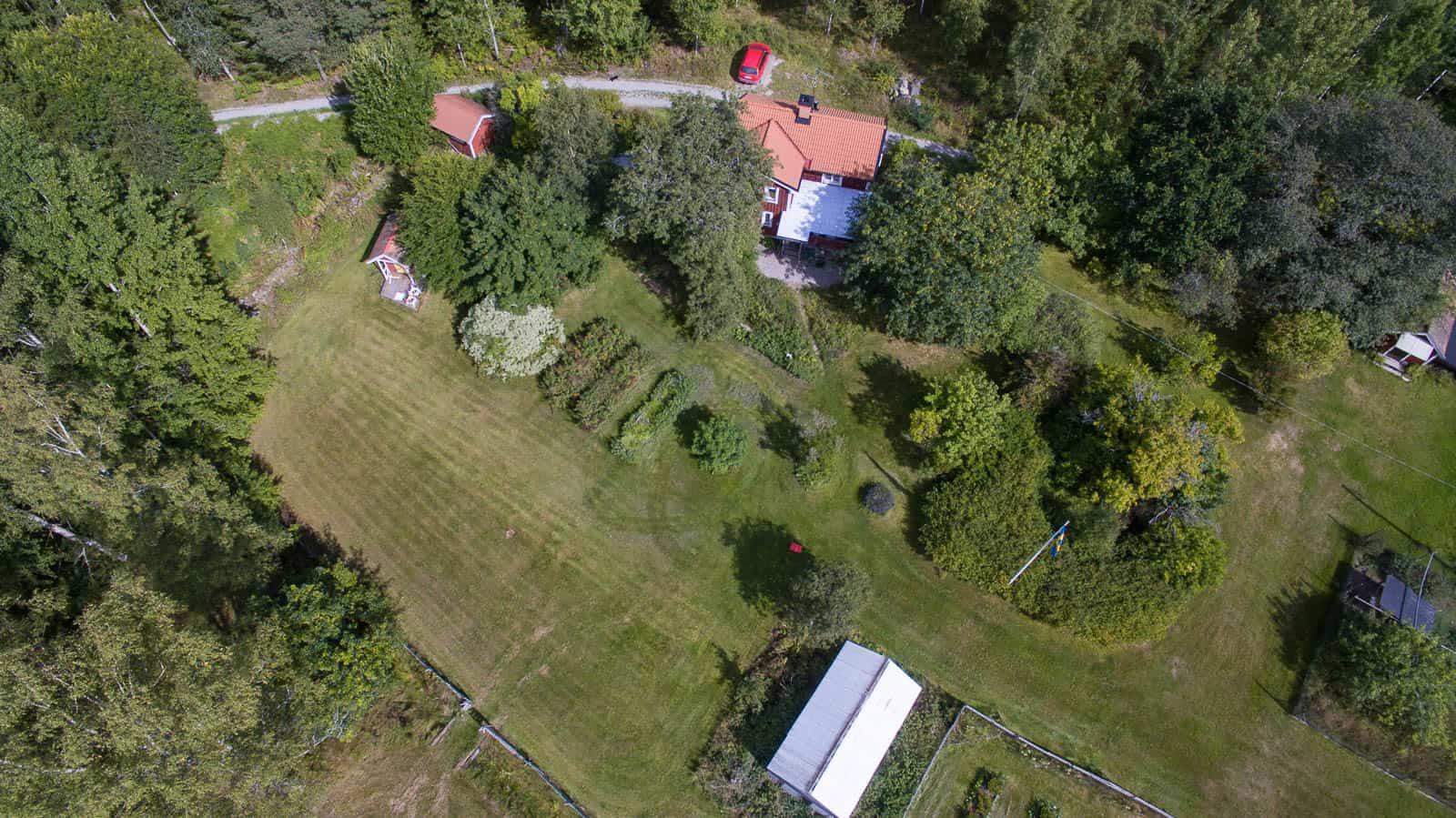 Huset är byggt runt 1850 och har relativt nytt tak. Det ligger väl inbäddat i grönska med ett riktigt gammalt päronträd på ena sidan och ett lika gomalt gullregn på den andra,