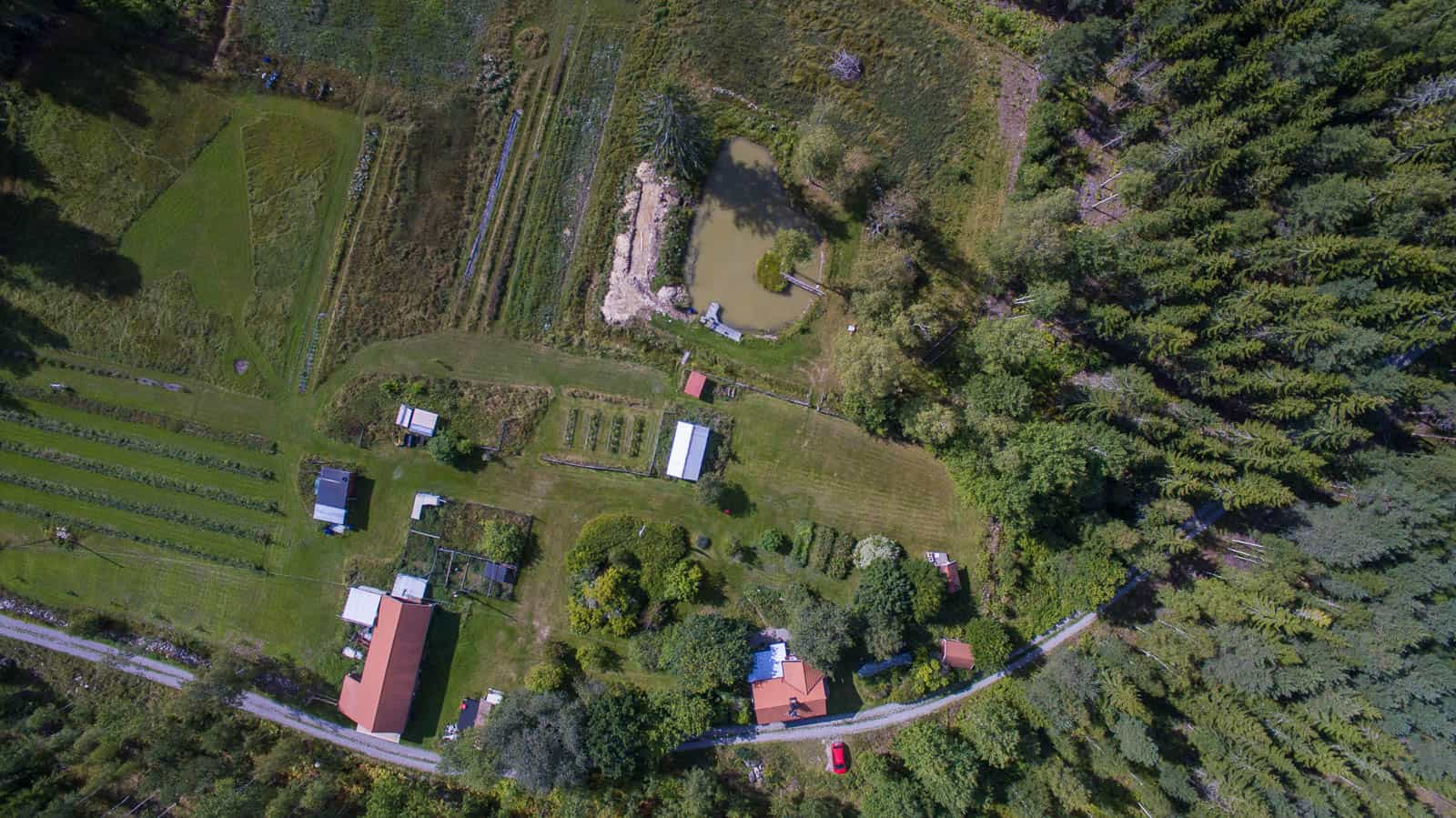Från 120 meters höjd går det att se hur dammen, ladugården och huset ligger i förhållande till varandra. Flygbilder ger bra perspektiv.