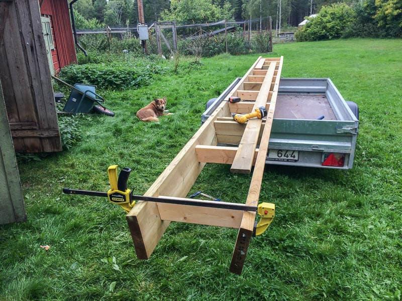 En släpkärra är en utmärkt plattform för lite större snickeriprojekt. Här kan man se hur jag vinklat in balkarna i underkant.