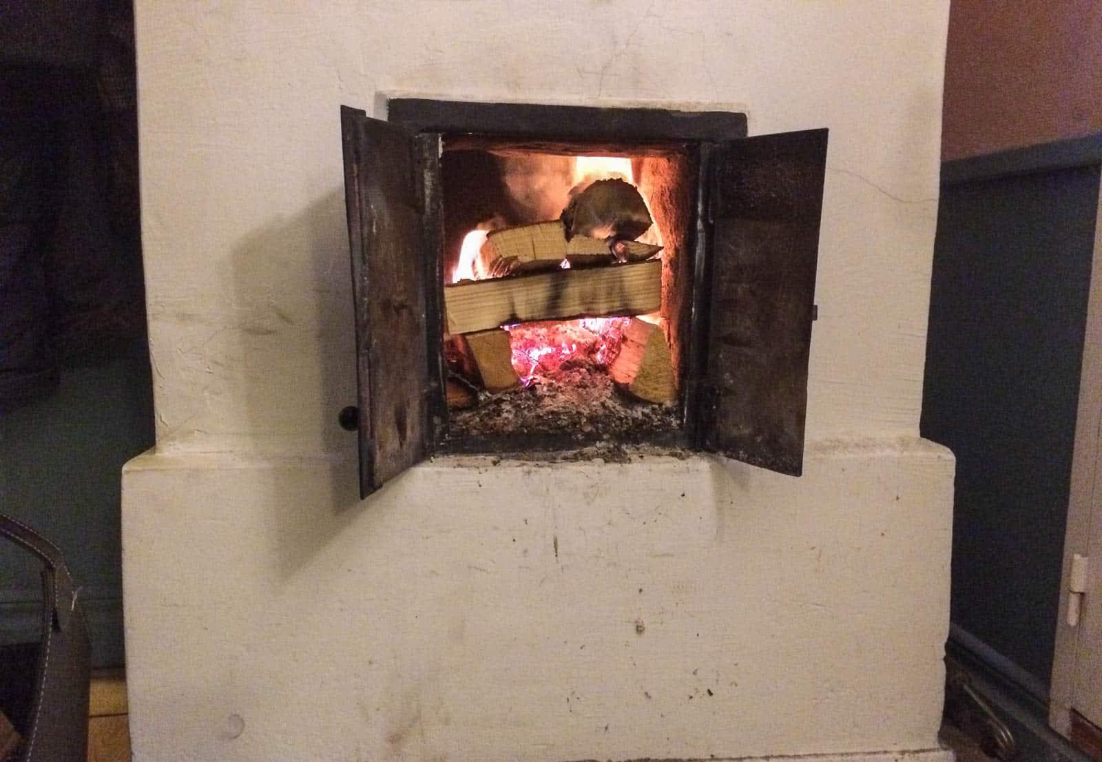 Nu är elvärmen inkopplad och jag eldar i rörspisen varje kväll. Gillar att somna till sprakandes från granveden och med lågorna spelande i taket.