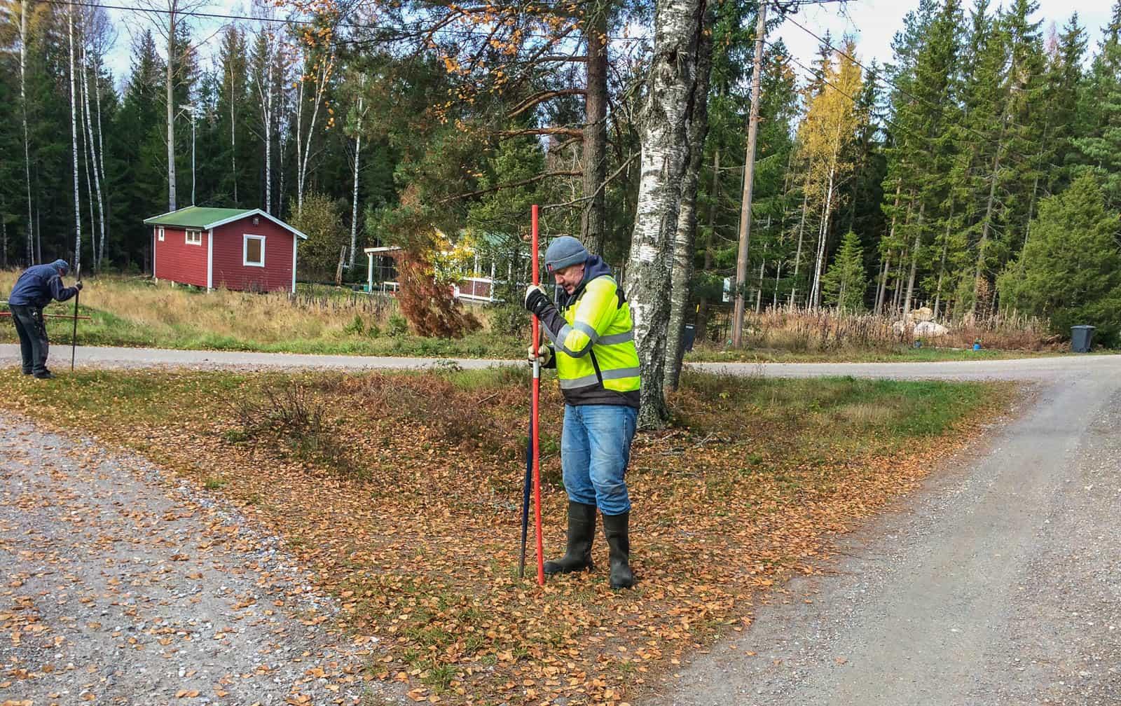 Långkalsonger och dubbla tröjor är bra att ha. När man spettar snökäppar blir man varm – men att åka släpvagn en kylig oktoberdag kylar snabbt ner en.