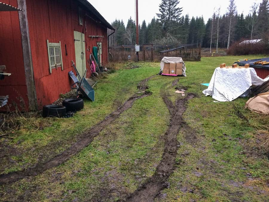 Gräsmattan var mjukare än jag trodde. Att köra in med olastad bil gick bra Att köra ut fullastad – inte lika lätt.