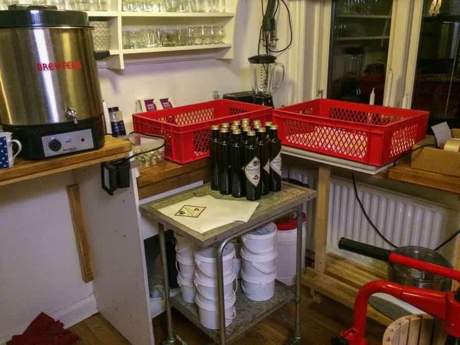 Tretti flaskor per kok – hade jag börjat fundera på hur många kok som behövs för att producera  över 2000 flaskor hade jag bara blivit trött.