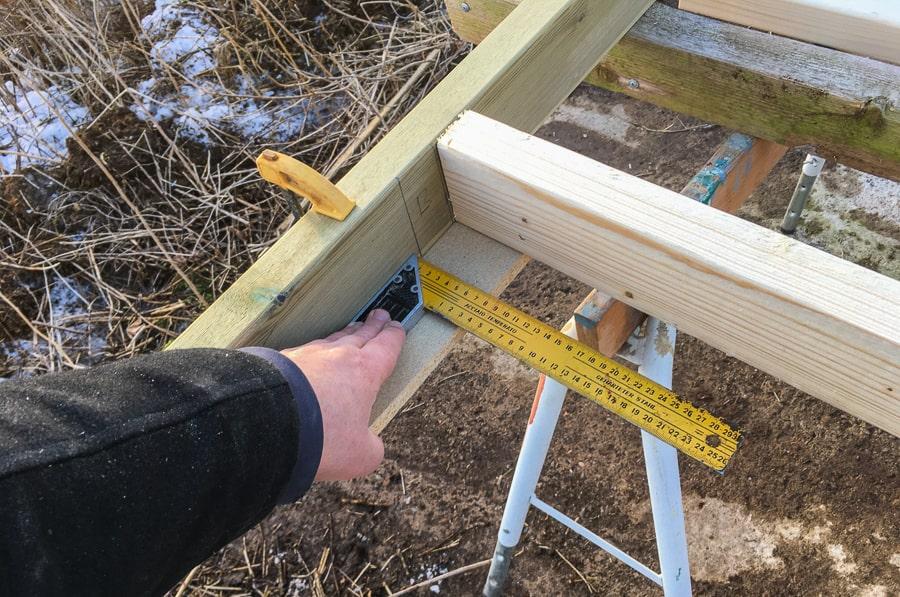 Genom att mäta många gånger och mörka ut precis var alla reglar ska sitta går det rätt snabbt att slå ihop väggarna.