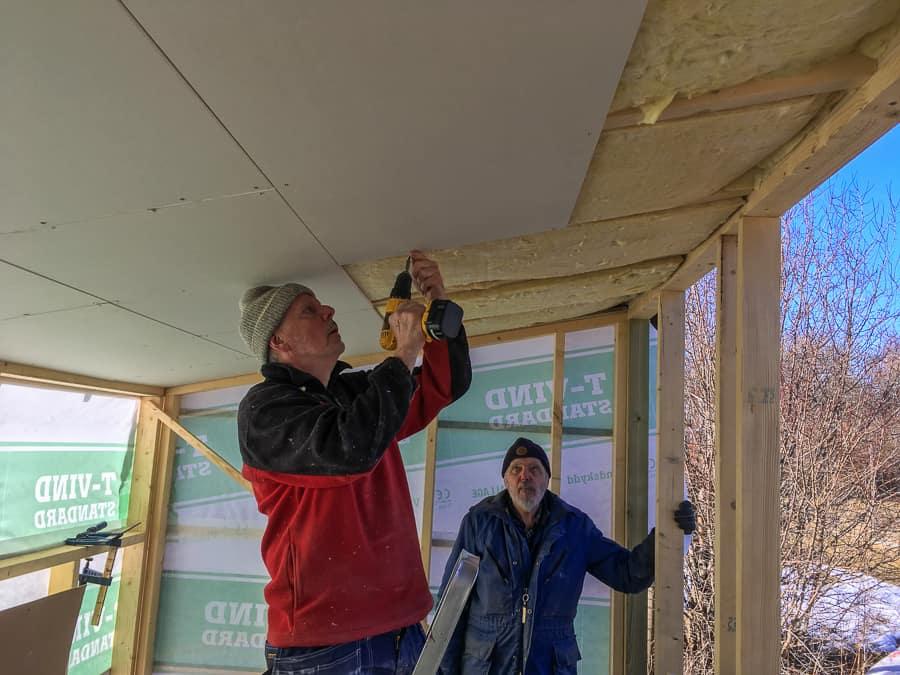 Min farbror och min pappa har hjälpt till med bygget, och vissa jobb hade varit rätt hopplösa att ta itu med på egen hand. Som att sätta takskivor.